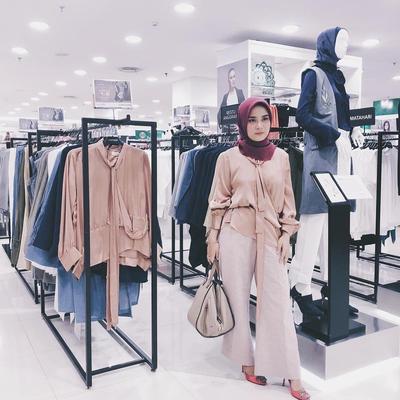 Inovatif! Koleksi Desainer Restu Anggarini Ini Wajib Kalian Punya, Hijab Anti Air - Bakteri