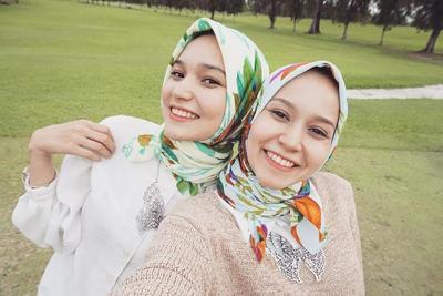 Tips Fashion: Fun Penuh Warna dengan Hijab Motif yang Stylish