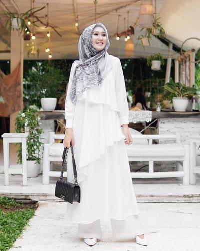 Tetap Cantik dengan Dress Putih