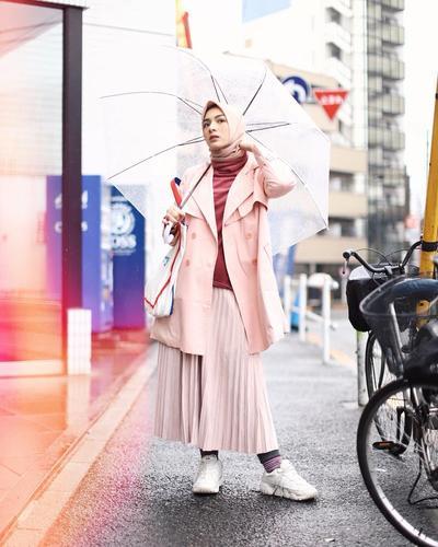 4. Tampil Cantik dalam Balutan Gaya Busana Serba Pink