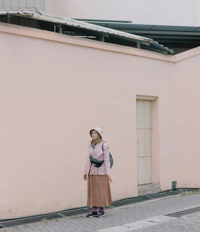 3. Tampil ala Traveler dalam Balutan Outfit Warna Mocca