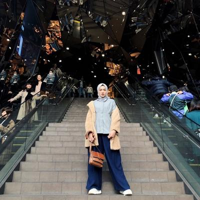 6. Tampil Fasionable dalam Balutan Jaket Wool dengan Outfit Serba Biru