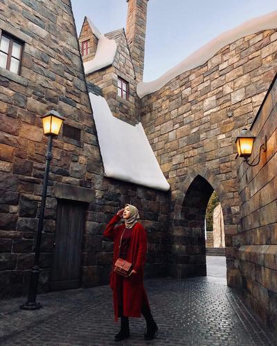 7. Tampil Elegan dalam Balutan Outfit Bertemakan Warna Merah