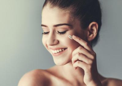 Gampang Nyerap! 5 Sunscreen untuk Kulit Berminyak dan Berjerawat yang Tidak Lengket