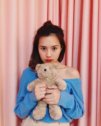 Inspirasi 6 Gaya Makeup Korea Natural ala Si Cantik Beby Tsabina, Cocok untuk Remaja!