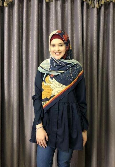 Hijab Warna Navy yang Cantik