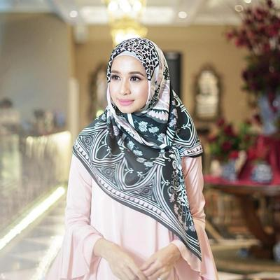 Manis dan Lembut, Gaya Hijab Motif Laudya Cynthia Bella Inspirasi di Bulan Ramadhan