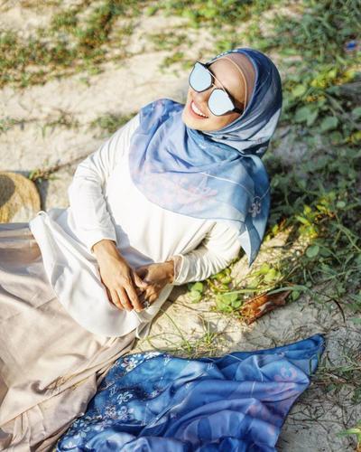 Hijab Motif dengan Sentuhan Warna Biru yang Lembut