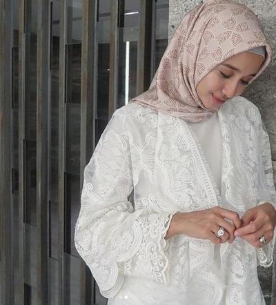 Hijab Motif Warna Cokelat Susu dengan Motif Asimetris
