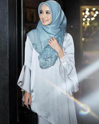Hijab Dengan Sentuhan Motif di Sisi Kiri