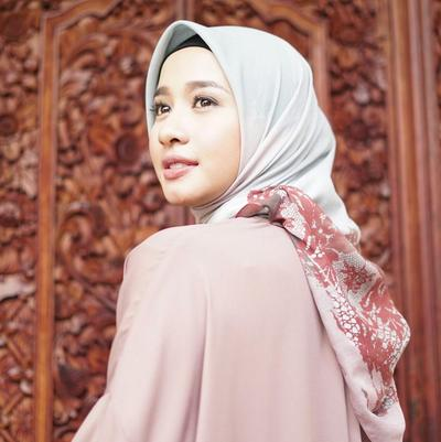 Sentuhan Motif Bunga di Bagian Belakang Hijab