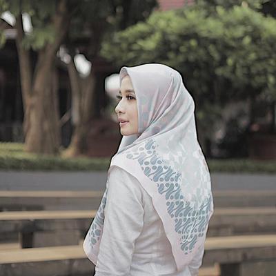 Tampilan Hijab dengan Motif yang Terkesan Lebih Abstrak