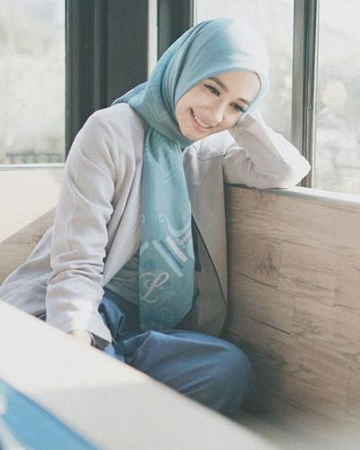 Hijab Biru dengan Sedikit Sentuhan Motif Simetris yang Begitu Mempesona