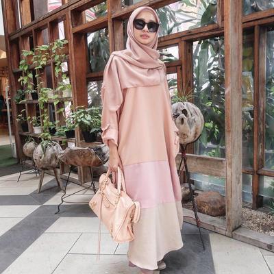 Paduan Hijab Satin Polos dengan Dress Kontras Warna Bertingkat