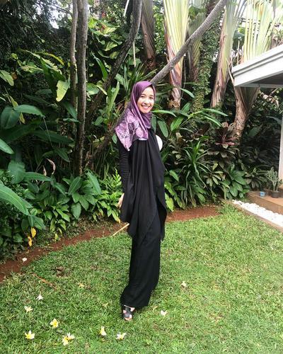 Dress Hitam Berpadu dengan Outer Hitam dan Hijab Satin Ungu Bermotif