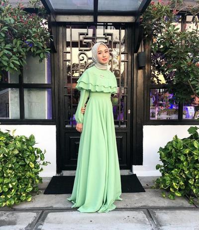 Dress Hijau Mint yang Penuh Kesegaran Berpadu dengan Hijab Motif