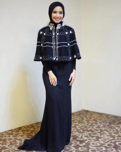 Dress cape Menawan dengan Tambahan Aksen Mutiara