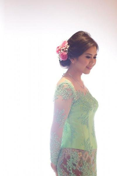 Kebaya Payet Hijau Lembut Dikombinasikan dengan Rok Batik Sepan