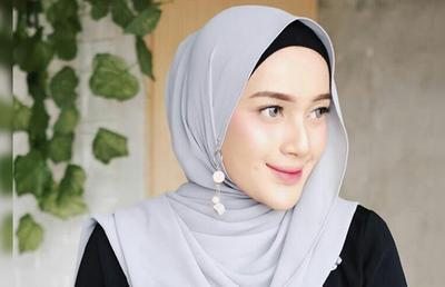 Kreasi Hijab Polos dengan Anting-anting Cantik untuk Kondangan