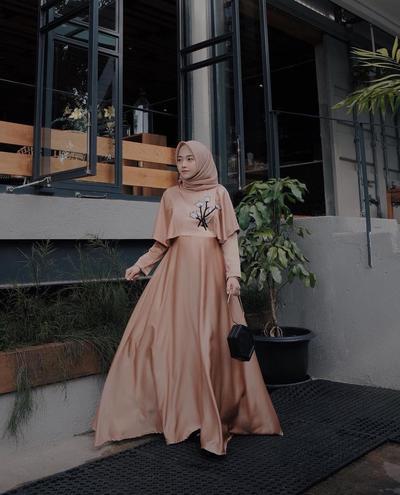 3. Long Dress yang Cantik untuk Ke Acara Pernikahan ala Nisa