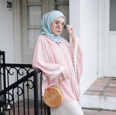 4. Celana Kulot dan Oversized Top yang Manis ala Hamidah Rachmayanti