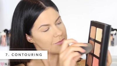 2.Menuang Makeup Secara Langsung pada Aplikator Beauty Blender