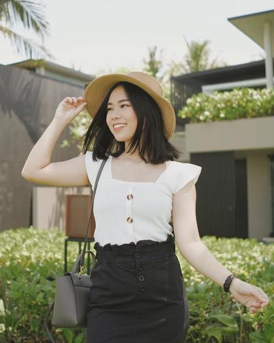 Gaya Kece Beauty Vlogger Molita Lin, Mama Muda Cantik yang Punya Senyum Manis