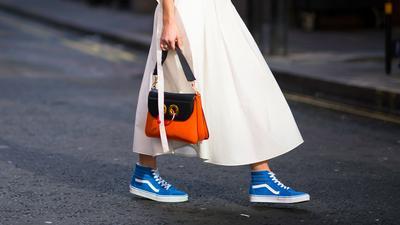 Style Tips: Tampil Edgy dengan Padu Padan Sepatu Sneakers dan Dress