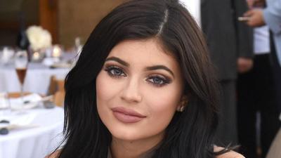 Makeup Jadi Tahan Lama, Kylie Jenner Rilis Setting Spray Terbaru 2019