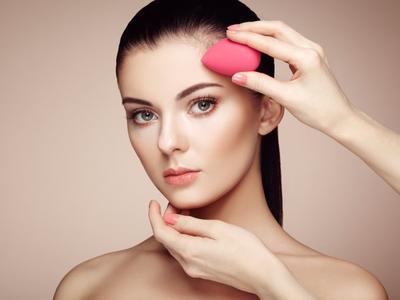 4. Menggunakan Foundation Dengan Beauty Sponge