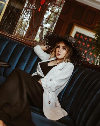 Inspirasi Gaya Sophisticated Paola Tambunan, Influencer Cantik Berwajah Blasteran