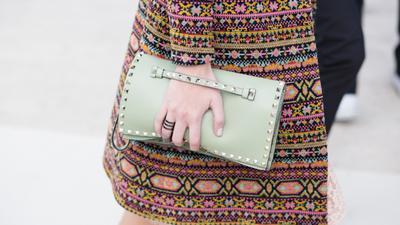 Sempurna Dipadukan dengan Dress, Ini 6 Tas Tangan Kondangan yang Cantik