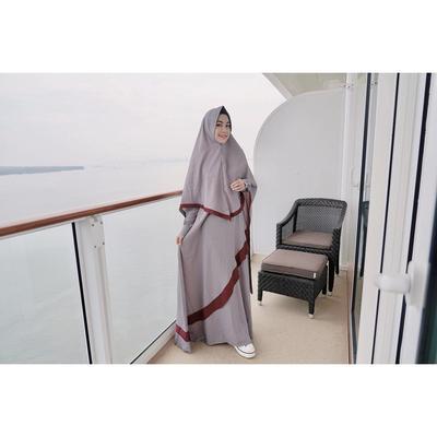 4. Gamis Abu-abu dengan Kombinasi Maroon