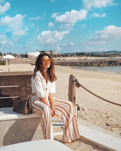 Stay Cool di Pinggir Pantai dengan Long Pants