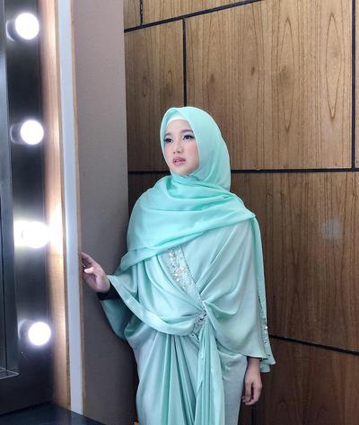 Penampilan Cantik dan Sederhana Chacha Frederica Berhijab Syar'i