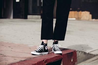 Style Tips: Padu Padan Sepatu Sneakers Chuck Taylor yang Timeless
