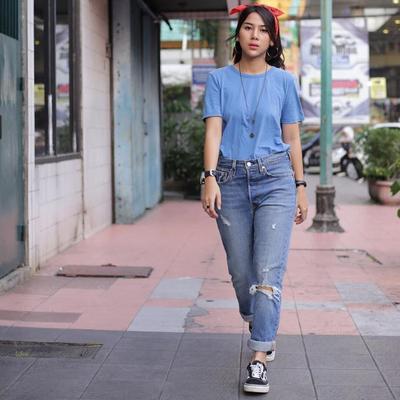 Perpaduan Mom Jeans dengan Atasan Kaos Polos