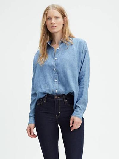 Perpaduan Mom Jeans dengan Kemeja