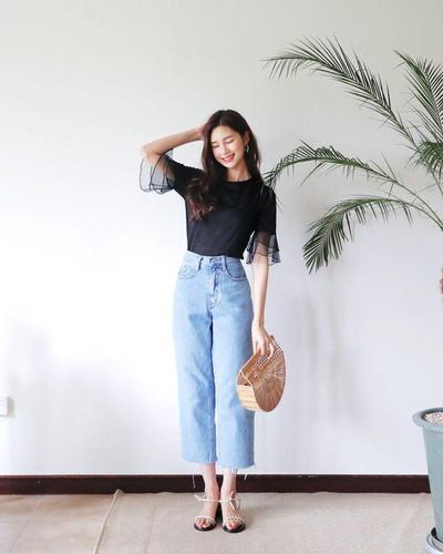 Perpaduan Mom Jeans dengan Handbag