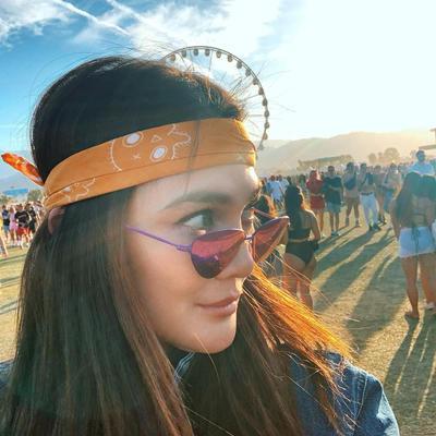 2. Kacamata Tinted Ungu yang Hits