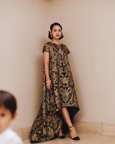 Cari Baju Batik untuk Kondangan, Lihat Inspirasinya dari Sederet Artis Indonesia Ini