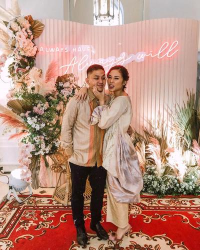 Inspirasi Busana Couple untuk Acara Tunangan Kamu dan Pasangan