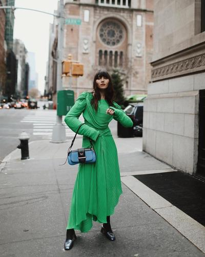 7. Prada Sidonie Biru dengan Dress dan Boots ala Natalie Suarez