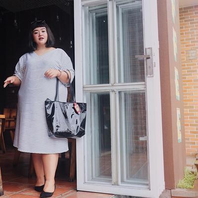 3. Outfit Nge-Mall Santai dengan Dress Selutut