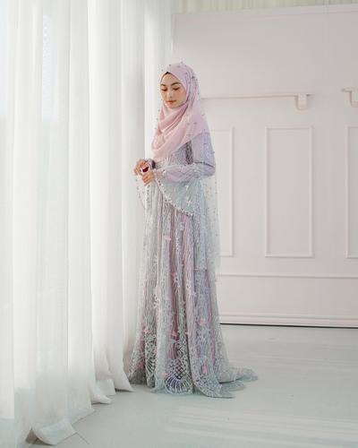5 Inspirasi Gaun dan Kebaya dengan Hijab Menutup Dada untuk Tampil Syar'i Saat Akad