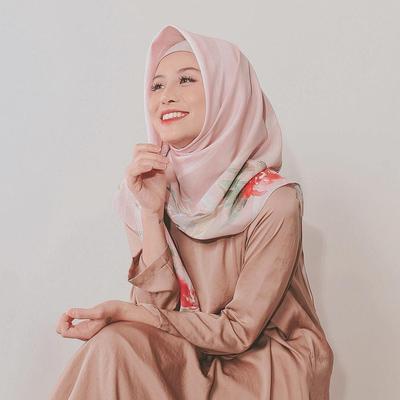 Dress Polos dengan Atasan Hijab Motif Bunga yang Begitu Mengagumkan