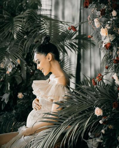 10 Potret Manis Maternity Shoot ala Whulandary Herman untuk Inspirasimu