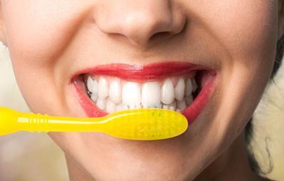 6 Bukti Ternyata Cara Kita Sikat Gigi Selama Ini Salah