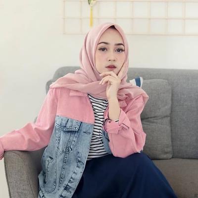 7 Perpaduan Jaket Jeans Pink untuk Tampil Stylish di Acara Ngabuburit