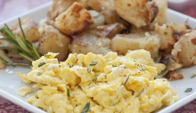 Sajikan Scrambled Egg dan Tumis Wortel serta Kentang sebagai Menu Sahur
